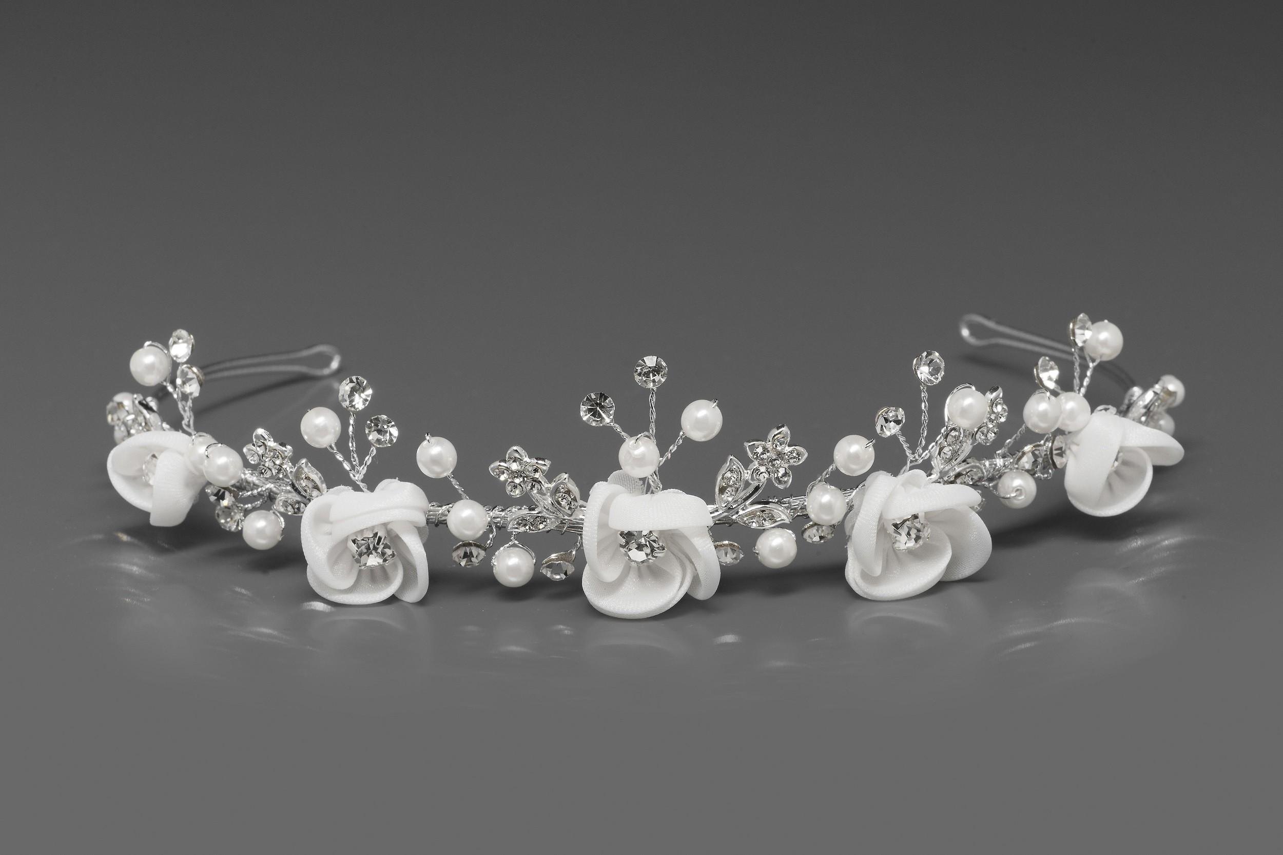 mooie tiara met satijnen bloemen parels en kristallen d38 van bianco evento online kopen. Black Bedroom Furniture Sets. Home Design Ideas